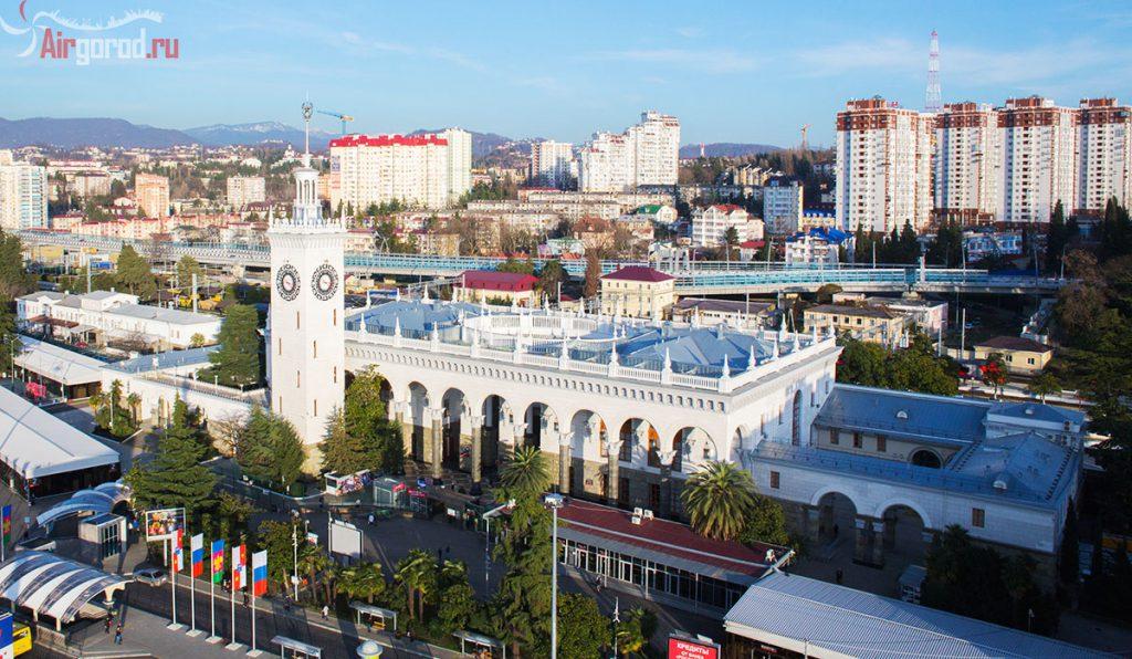 Сочинский вокзал крупным планом